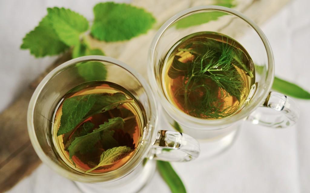 Heißgetränk mit frischen Pfefferminzblättern als Entwässerungstee
