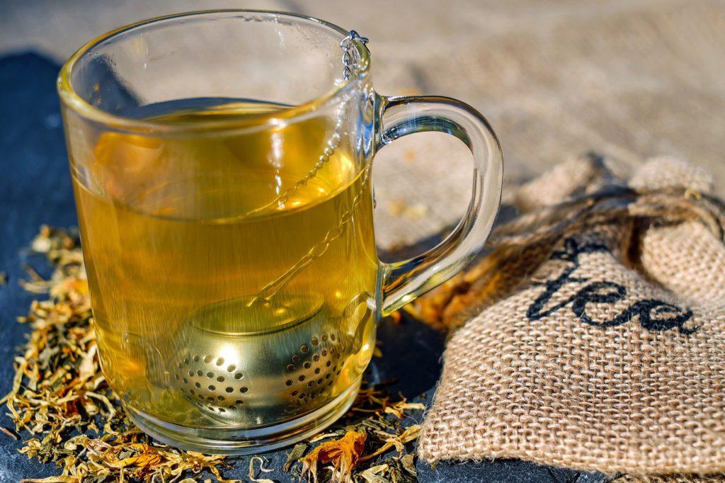 Teesieb in Teeglas in Form einer Teekanne
